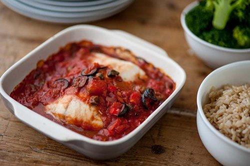 Bacalao con tomate y aceitunas negras